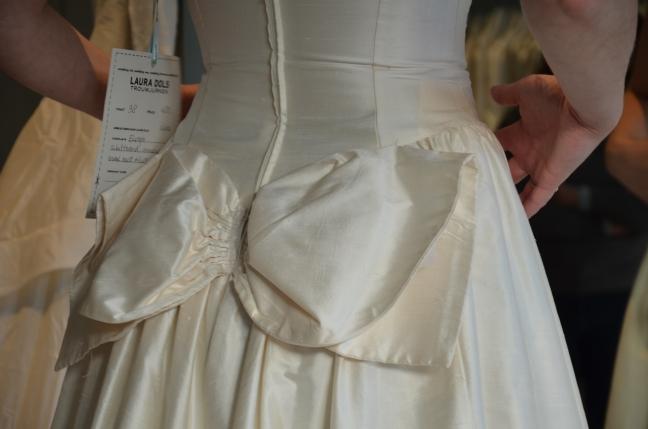 detalj bröllopsklänning rosett vintage